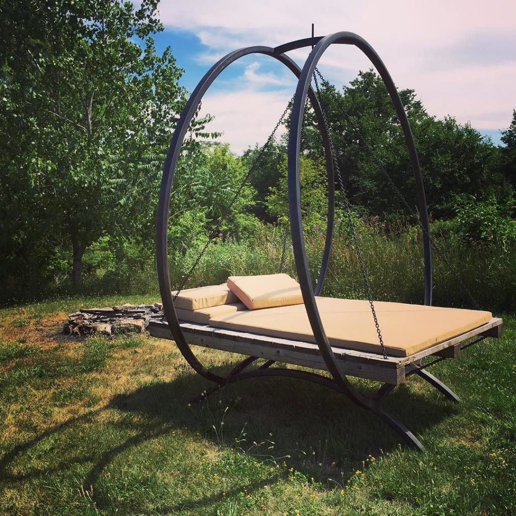 Yard swing seat made with an old pallet