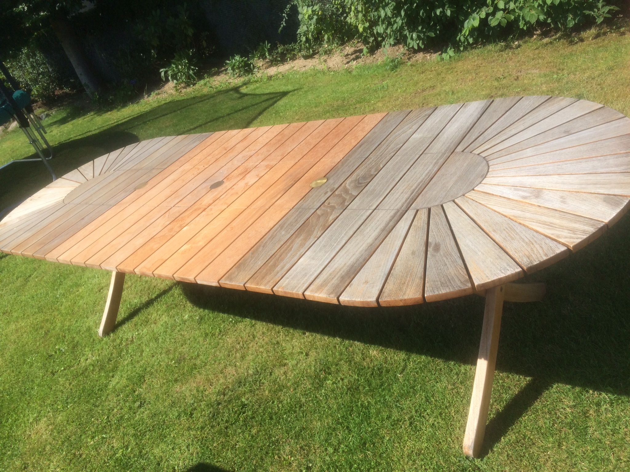 Garden table before restored with Teak Olje