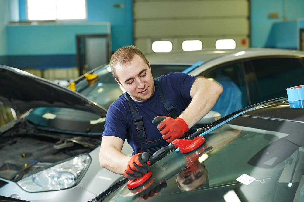 Man replacing a windscreen